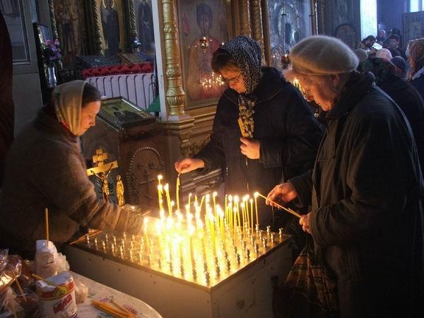 ... Канунник. Тут ставят свечи за усопших: troizksob.prihod.ru/media/chto-naxoditsya-v-xrame