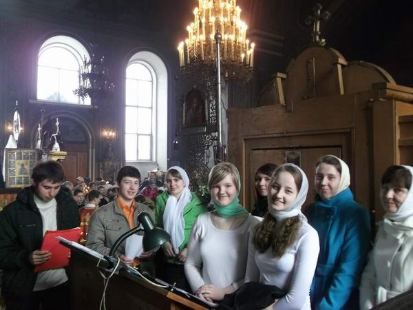 17 Певчие детско-юношеского хора перед Пасхальной службой